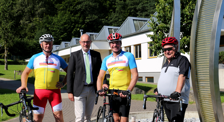 Haupgeschäftsführer der Handwerkskammer Meinolf Niemand mit Bundestagskandidat Carlo Cronenberg und seinen Fahrrad-Crew